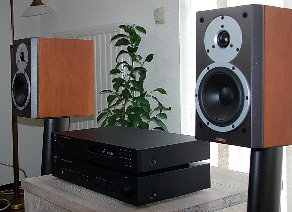 NAD C315BEE geïntegreerde versterker, C515BEE CD-speler en Dynaudio X12 luidsprekersysteem.