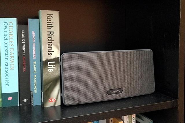 Sonos Play:3 op de boekenplank